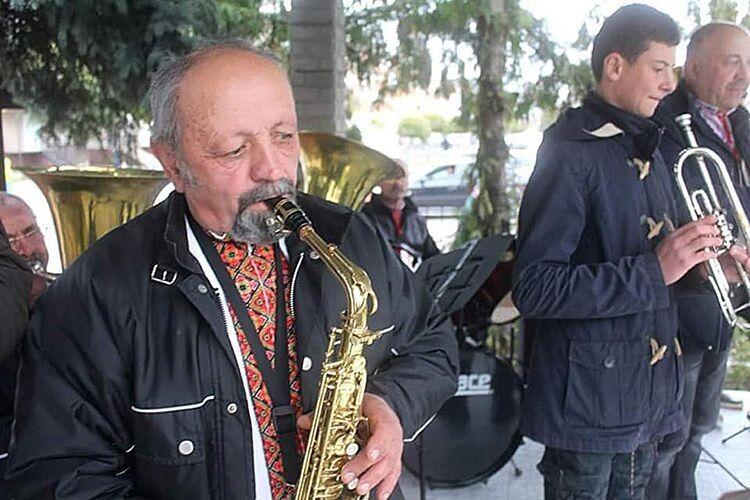 В оркестрі, який створив священник, жоден учасник не знав музичної грамоти і ніколи не тримав  у руках інструмент