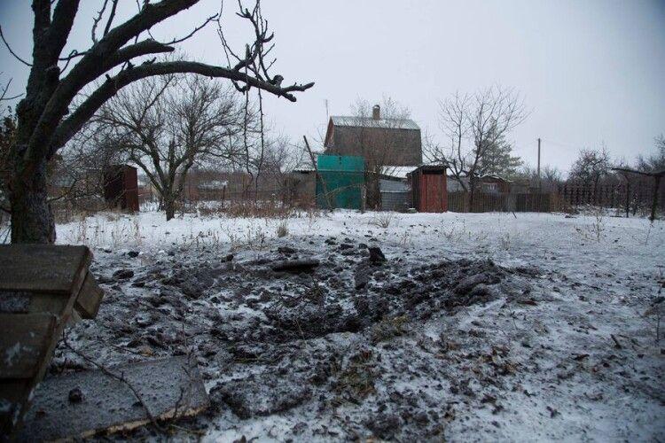 Окупанти обстріляли село: одна міна розірвалася на обійсті селян
