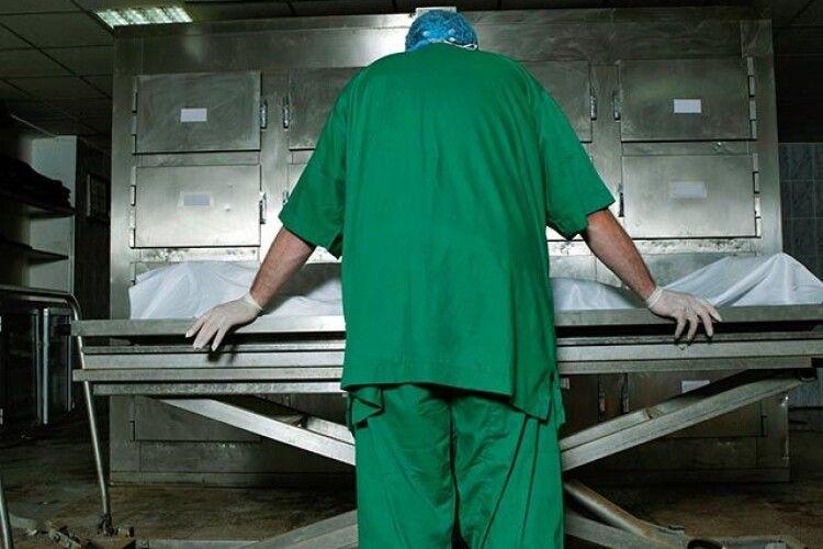 У райцентрі на Волині патологоанатом смажив печінку на робочому місці
