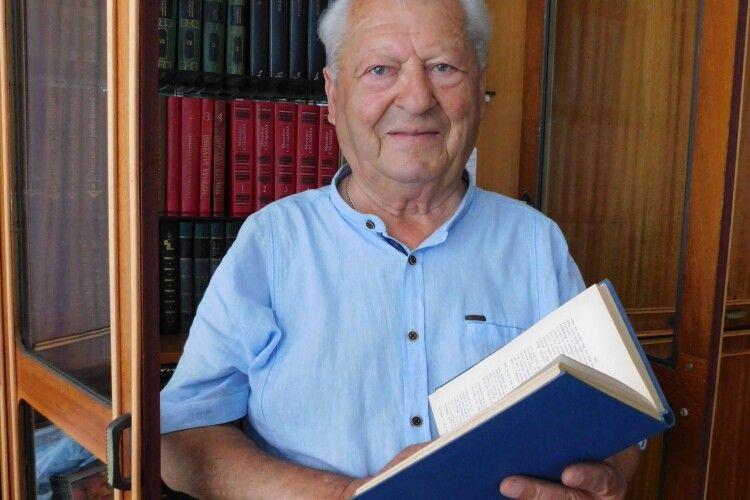 Аркадій Верещак подарував горохівчанам домашню бібліотеку