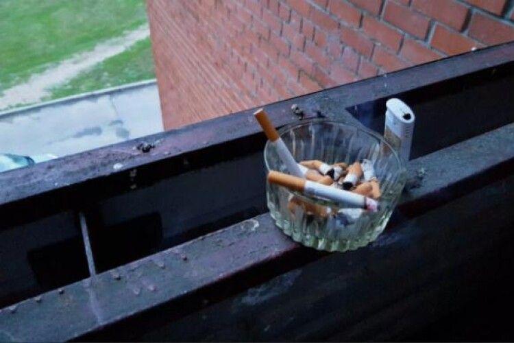 Українцям можуть заборонити курити на балконах після 21.00
