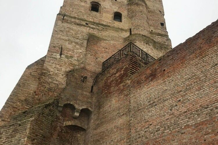 Вандали розмалювали стіну Луцького замку