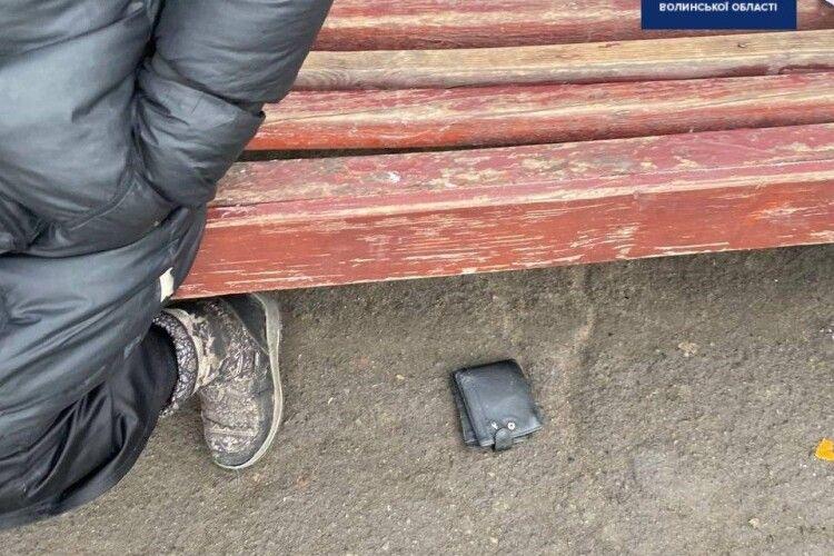 Злодії у Ковелі витягнули гаманець з кишені чоловіка на очах у перехожої (Фото)