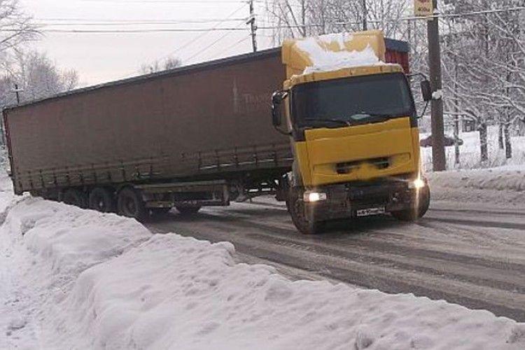 Рівненські патрульні просять пригальмувати водіїв вантажівок, які прямують до Києва