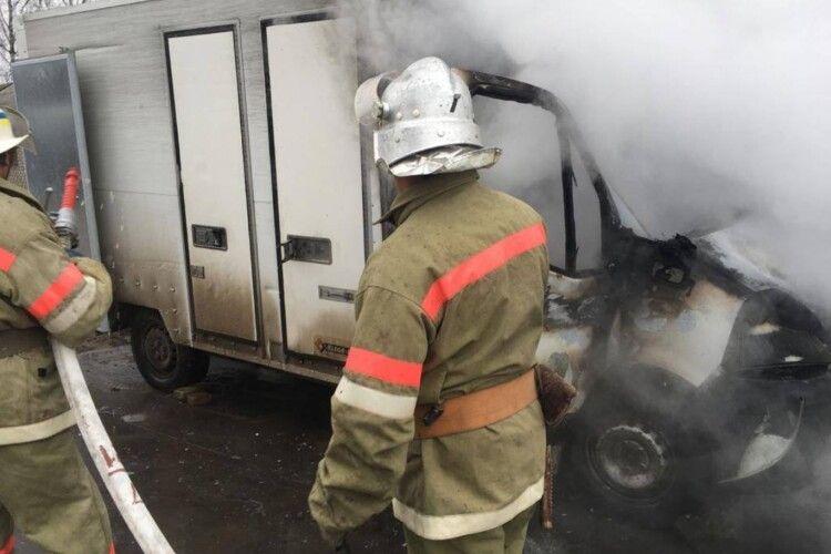 Поблизу ринку загорілася вантажівка з хлібом