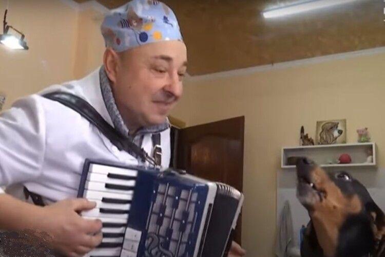Український ветеринар заспівав разом із собакою «Несе Галя воду»: відео «підірвало» мережу (Відео)