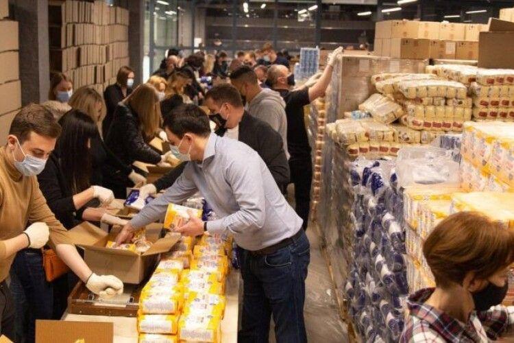 5 тисяч великодніх наборів від Фонду Порошенка та небайдужих українців передадуть нужденним
