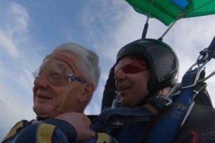 73-річний пенсіонер стрибнув з парашутом