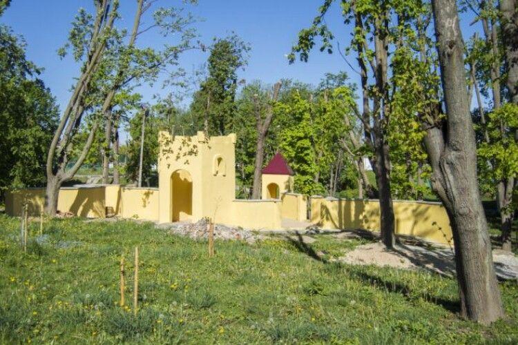 У Нововолинську встановлюють фортеці