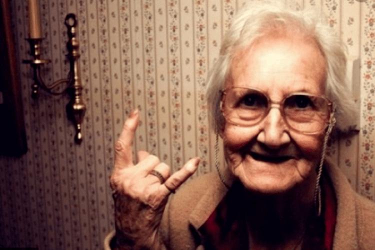 Поліція шукала бабусю, яка сховалася за шторою