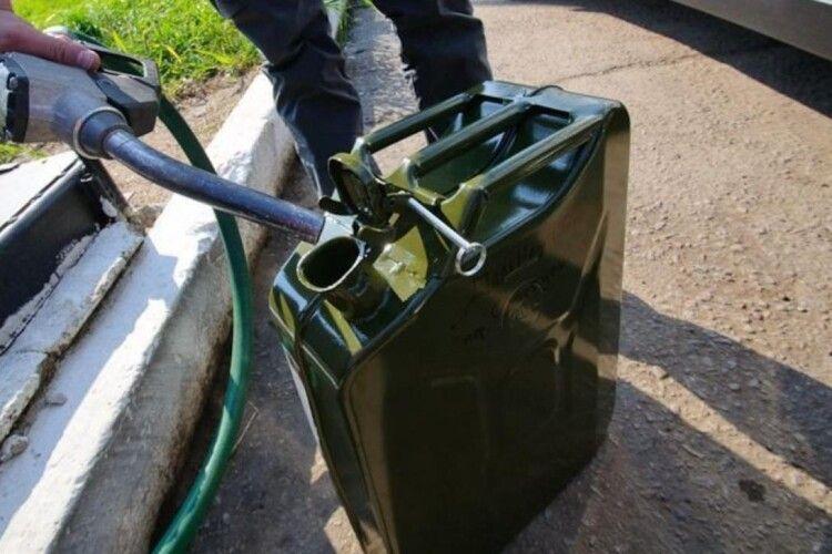 Медики рятують дворічну дівчинку, яка випадково напилася бензину