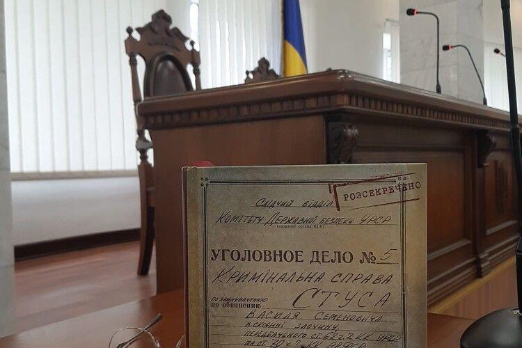 Медведчук програв: суд зняв заборону на продаж книги Кіпіані про Василя Стуса