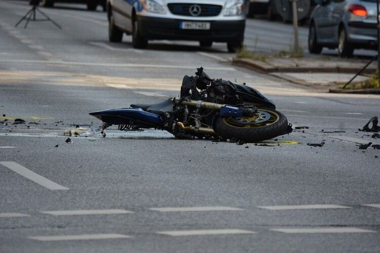 Мотоцикліст збив людей на пішохідному переході: 5 постраждалих (Фото)