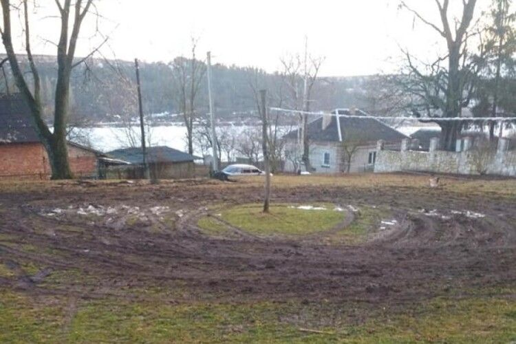 На Тернопільщині чоловік знищив волейбольне поле
