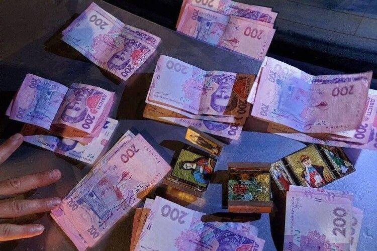 На трасі Київ-Чоп шахрай «розвів» працівницю АЗС на 3200 гривень (Фото)