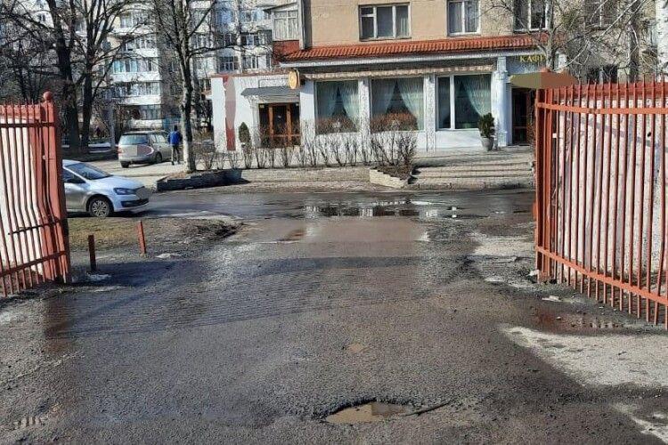 Наїхав на пішохода і втік: у Луцьку шукають свідків ДТП поблизу обллікарні (Фото)