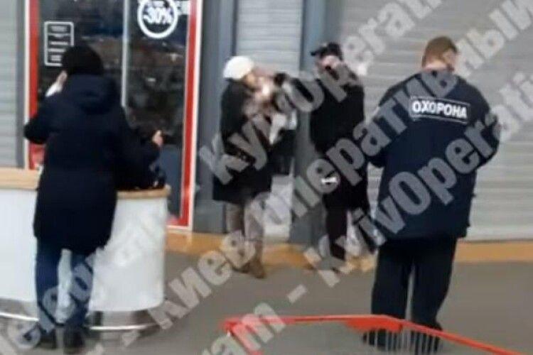 У супермаркеті охоронець вдарив жінку в обличчя, бо на ній не було маски (Відео моменту)