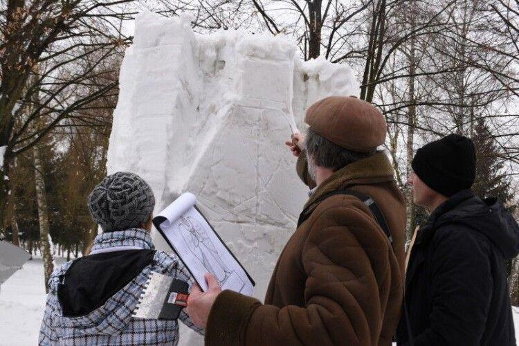 У Луцьку стартував пленер «Снігова скульптура»