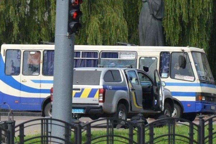 Чоловік однієї із заручниць «луцького терориста» намагався пробратись до захопленого автобуса
