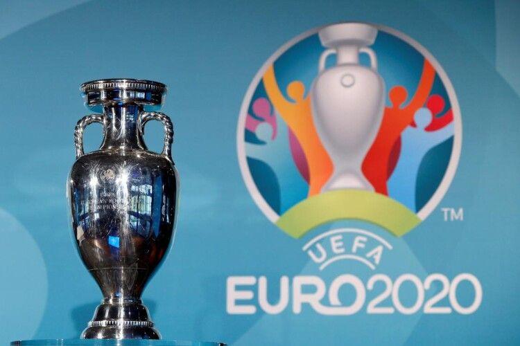 У румунському Бухаресті під час прямого ефіру гепнувся на землю трофей Євро-2020