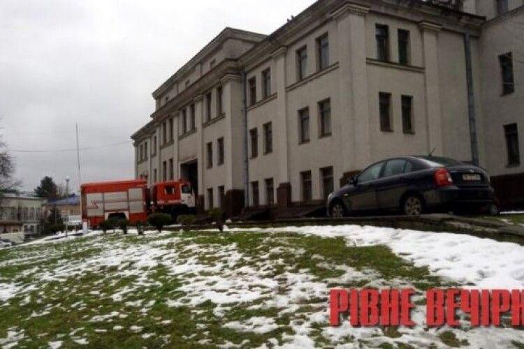 У центрі Рівного спалахнув театр: перші деталі, фото та відео
