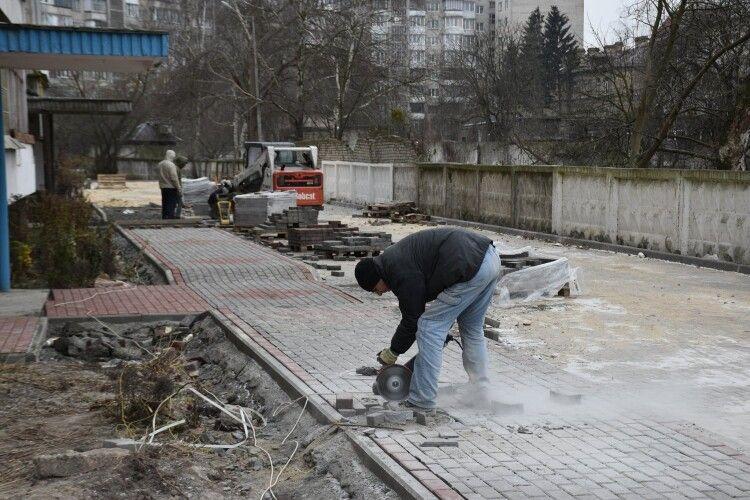 У Луцьку завершують ремонтні роботи у дворах та на тротуарах міста (Фото)