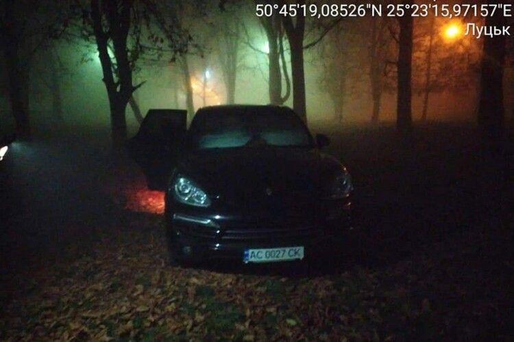Луцькі «муніципали» навіть у нічному тумані розгледіли автохамів на Теремнвських ставках (фото)
