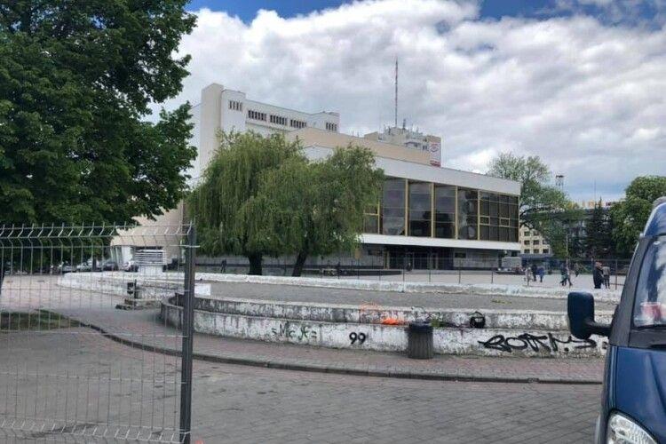 У Луцьку почали демонтували ємкість під фонтаном на Театральній площі