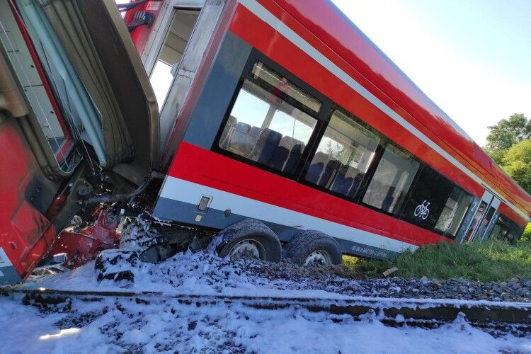 У Польщі пасажирський потяг врізався у вантажівку і зійшов з рейок (Фото)