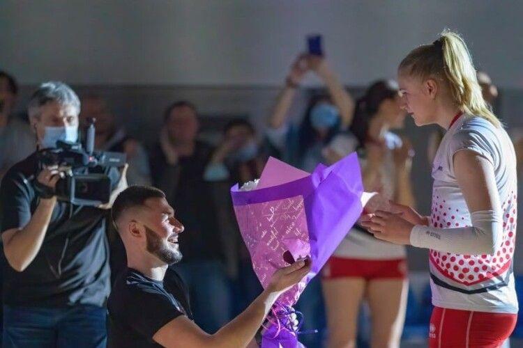 Волейболістці хлопець зробив пропозицію після фінального матчу Суперліги (Фото)