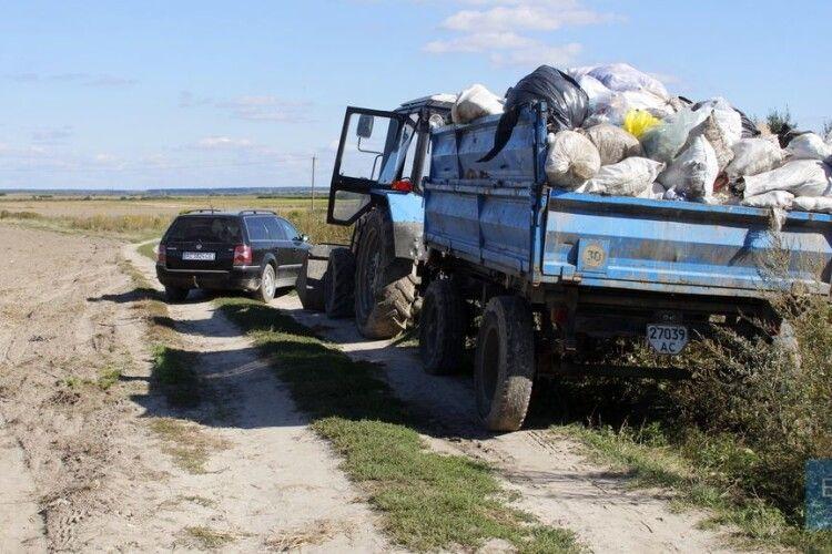 У Зимнівській ОТГ затримали трактор, який віз сміття на стихійне сміттєзвалище (Відео)