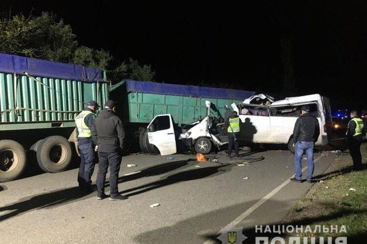 Зіткнулися автобус і дві вантажівки: у страшній автотрощі загинуло чотири людини, семеро - у лікарні (Фото)