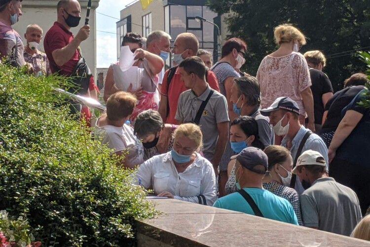 Активісти, що пікетують Луцьку міську раду, вимагають розпустити муніципальну варту (Фото)