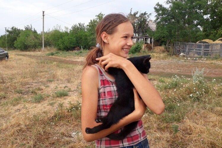На вулиці Гагаріна з темного-претемного колодязя дістали чорного-пречорного кота (Фото)