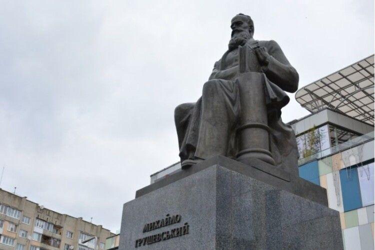 У Луцьку до пам'ятника Першого Президента України принесли квіти