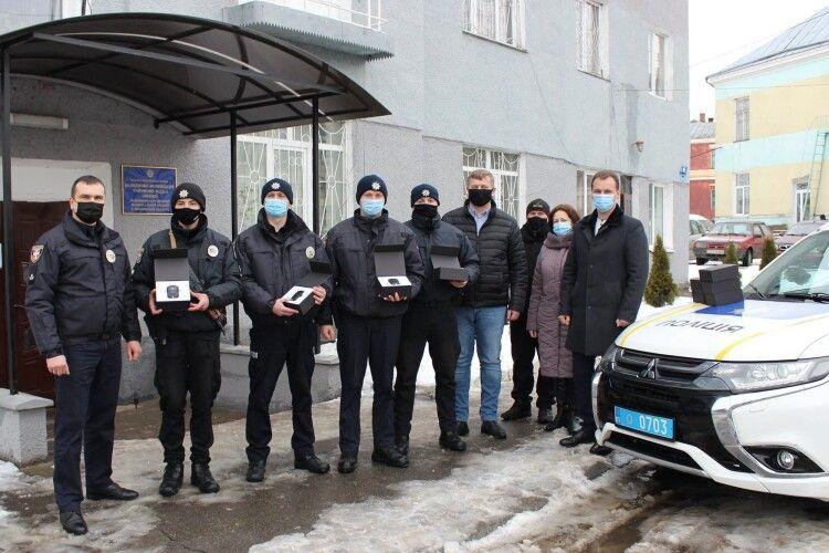 У громаді на Волині поліцейських забезпечили новими боді-камерами (Фото)