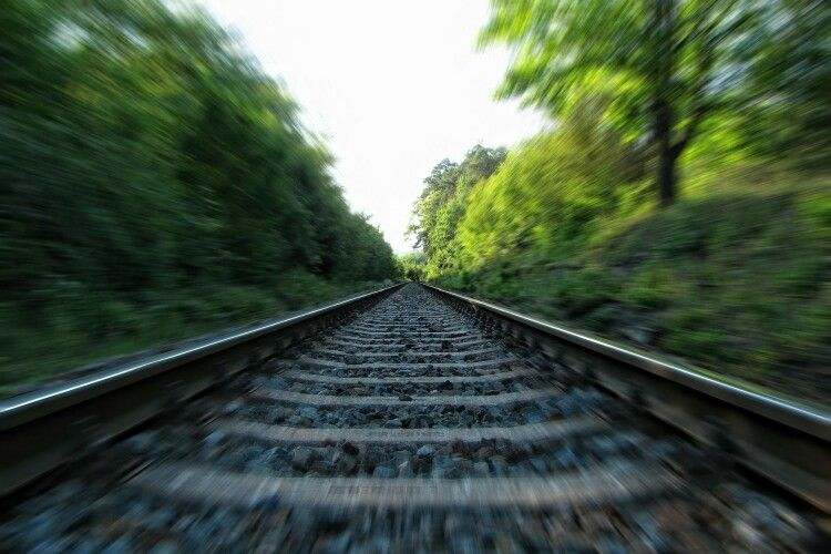 Лежав на коліях: на Рівненщині потяг переїхав 23-річного хлопця