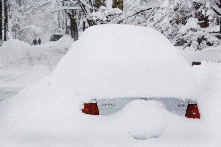 У США татусь почистив машину від снігу рідним сином (відео)