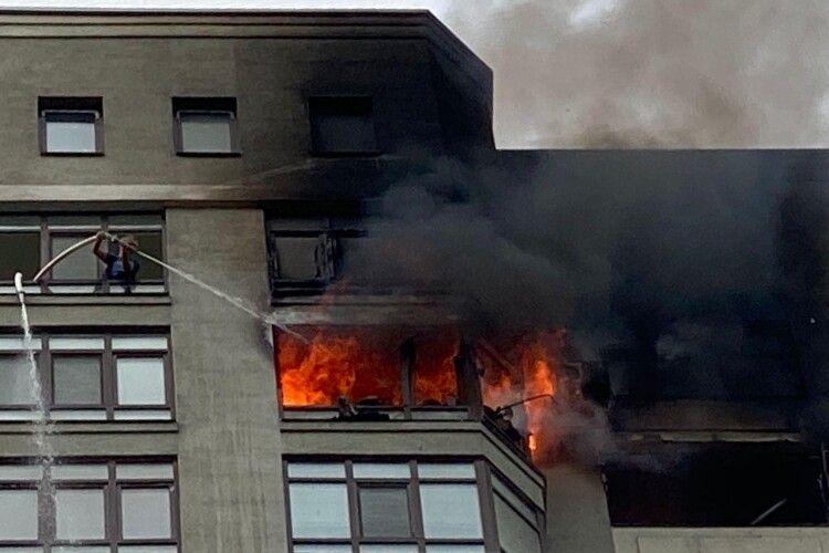 Рятуючись від пожежі, жінка вилізла на кондиціонер... на 24 поверсі (Відео)