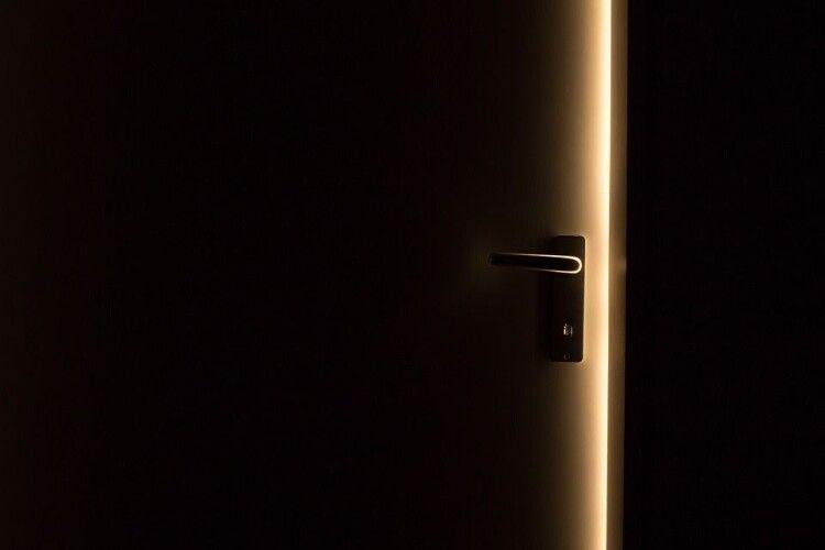 Молоду сім'ю з немовлям серед ночі виперли з орендованої квартири (Відео)