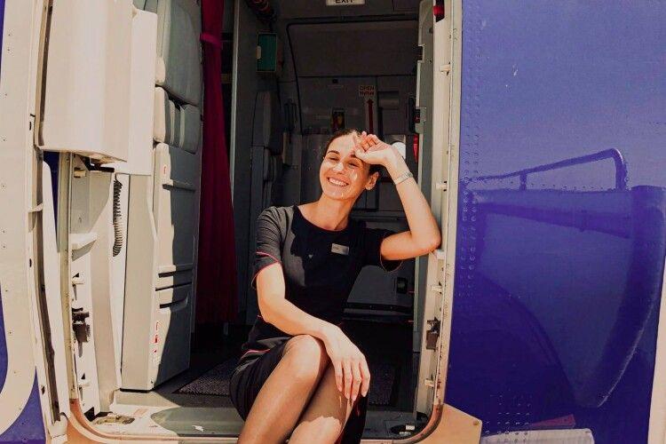 Філологія надає крила: стюардеса-випускниця волинського вишу похвалилася, як знадобилося їй знання мови