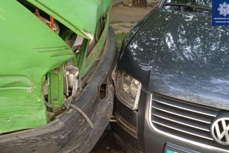 У Луцьку п'яний водій буса протаранив припарковані авто (Фото)