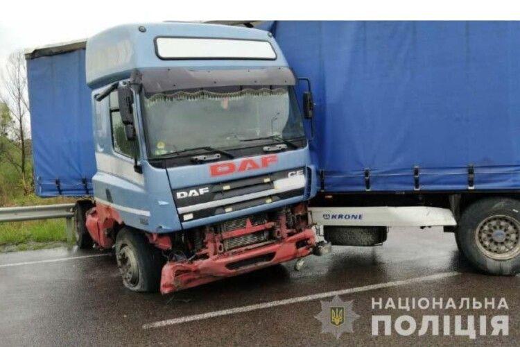 На Рівненщині так скрутило вантажівку, що затисло водія