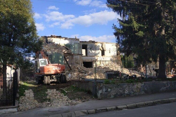 У Луцьку бульдозером знищують пам'ятку (Фото)