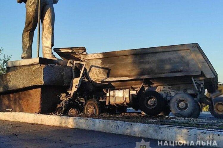 Вантажівка влетіла у монумент та загорілася