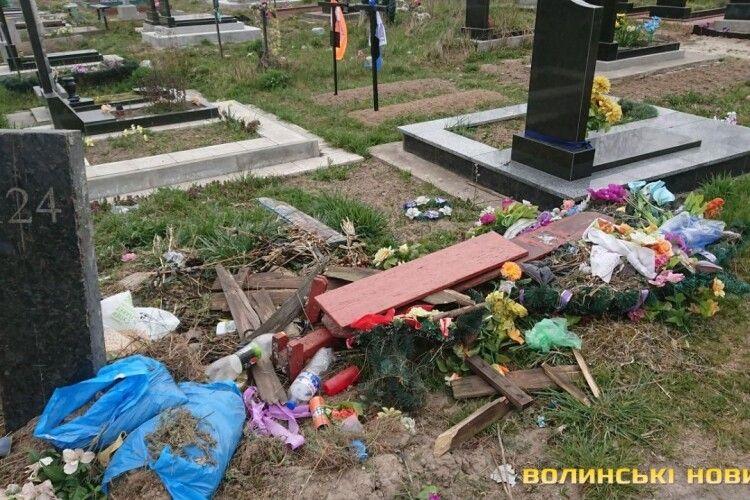 У волинському місті перед Великоднем з кладовища вивезли рекордну кількість сміття