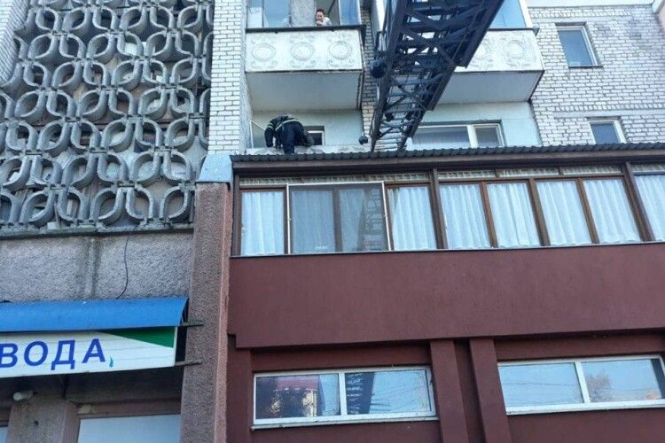 Бійцям ДСНС довелося знімати шестирічну дівчинку з даху магазину