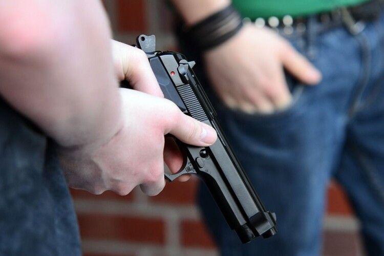 Направив пістолет в голову: у Луцьку посеред вулиці чоловік погрожував вбити вітчима