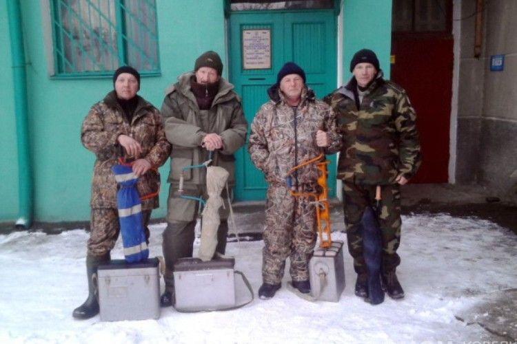 Ковельські рибалки змагалися у зимовій ловлі окунців