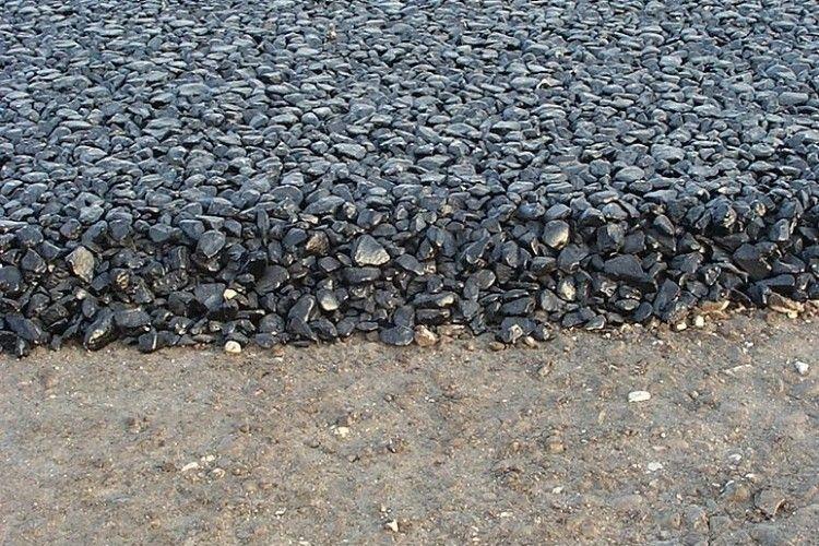 У Рівному ремонтують дорогу під час дощу (Відео)